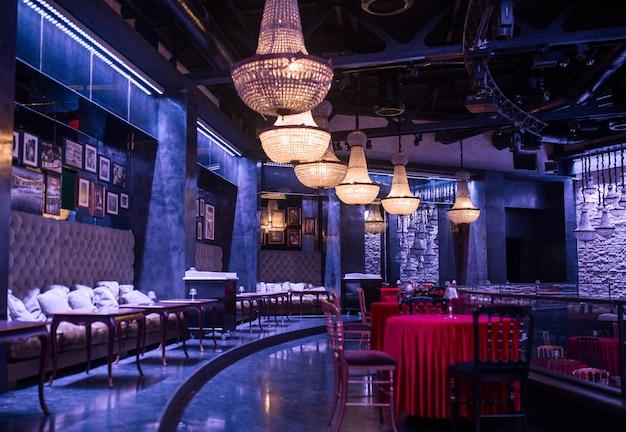 Restaurant de luxe, intérieur de bar avec des lustres et des meubles Photo gratuit