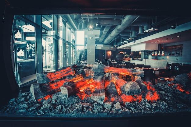 Restaurant moderne avec cuisine ouverte Photo Premium