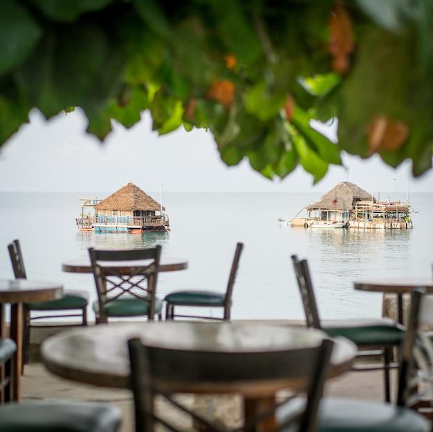 Restaurant tropical sur la plage Photo Premium