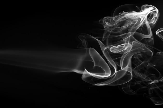 Résumé de fumée blanche sur fond noir, conception de feu Photo Premium