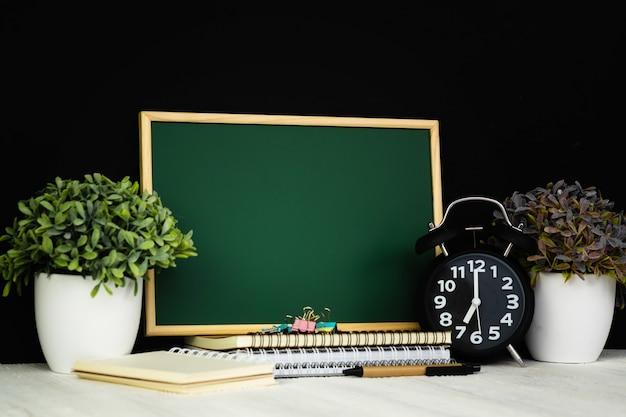 Retour au concept d'école et d'éducation, tableau vert avec pile de papier de cahier Photo Premium