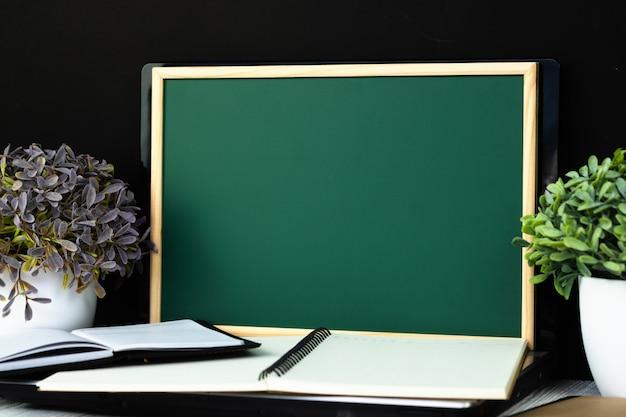 Retour au concept d'école et d'éducation, tableau vert Photo Premium