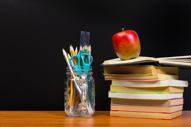 Retour Au Concept De L'école Avec Des Livres Et Des Fournitures Photo Premium