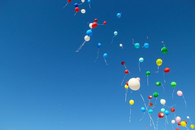 Retour à l'école. 1er septembre. célébration d'une nouvelle année scolaire en russie. ballons lumineux dans le ciel. Photo Premium