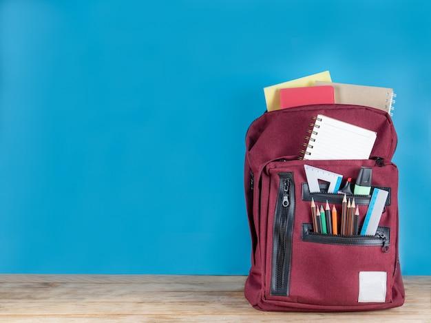 Retour à L'école . Cartable Et Fournitures Sur Bleu Photo Premium