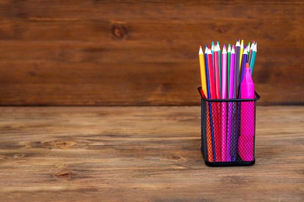 Retour à L'école. Crayons De Couleur Dans Un Organiseur Sur Bois, Espace Copie. Photo Premium