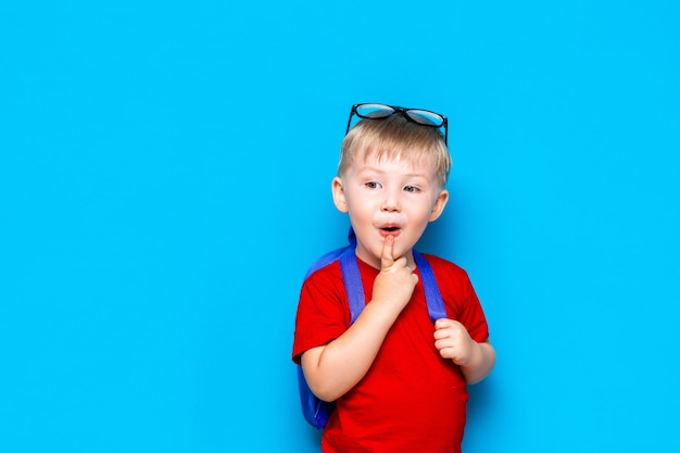 Retour à l'école portrait d'un enfant heureux surpris dans des lunettes. nouvelles connaissances scolaires Photo Premium