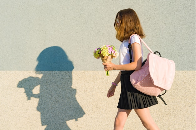 Retour à l'école. portrait en plein air d'une adolescente heureuse Photo Premium