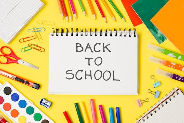 Retour à l'école salut bloc-notes Photo gratuit