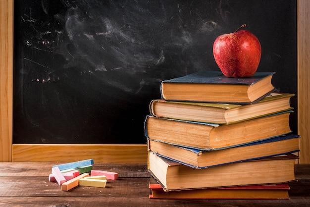 Retour à L'école. Septembre. Tableau Noir Ardoise à La Craie Pour Le Dessin, La Pomme, Les Livres .. Copyspace Photo Premium