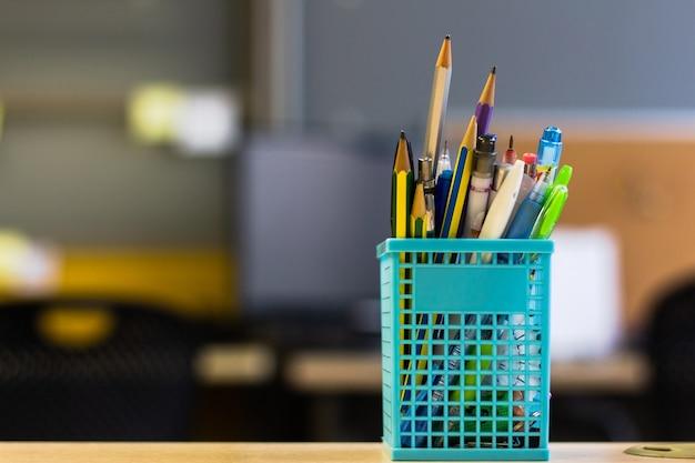 Retour à l'école - stylo et crayon dans la boîte sur la table de bureau Photo Premium