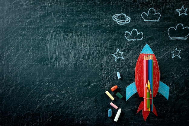 Retour à l'école. vue de dessus de la fusée de papier peint sur fond de tableau Photo Premium