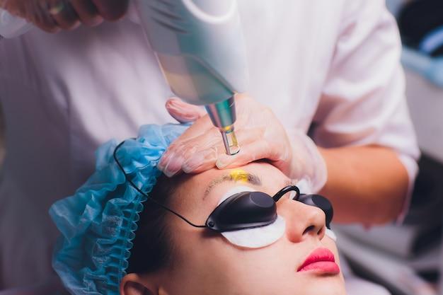 Retrait Au Laser D'un Maquillage Permanent Sur Un Visage Photo Premium