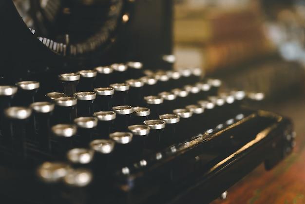 Rétro machine à écrire vintage dans la tonalité de couleur vintage, manière traditionnelle et ancienne d'écrire des messages. Photo Premium