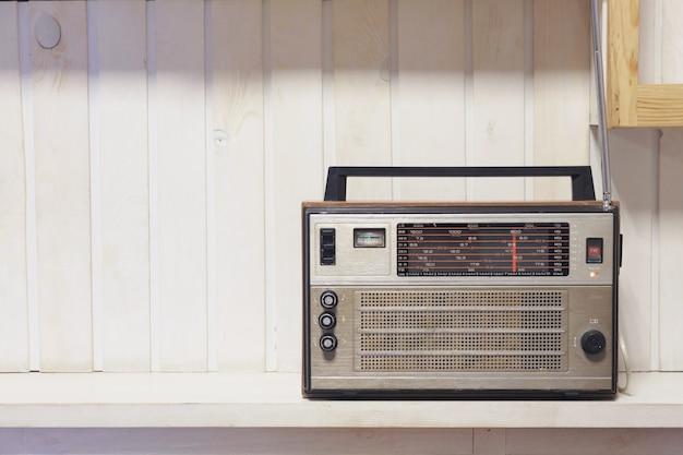 Retro vieux fond en bois blanc radio avant. photo de style vintage. Photo Premium