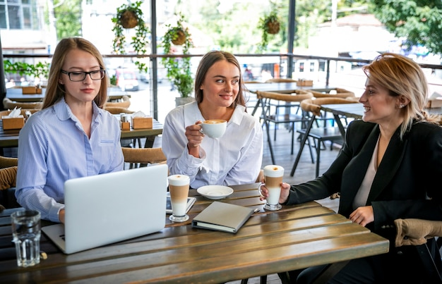 Réunion d'affaires à angle élevé avec des femmes Photo gratuit