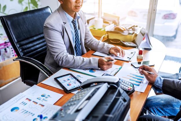 Réunion d'affaires dans un bureau moderne. Photo Premium