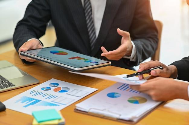 Réunion D'affaires Avec Tablette Numérique, Consulter Le Concept. Photo Premium