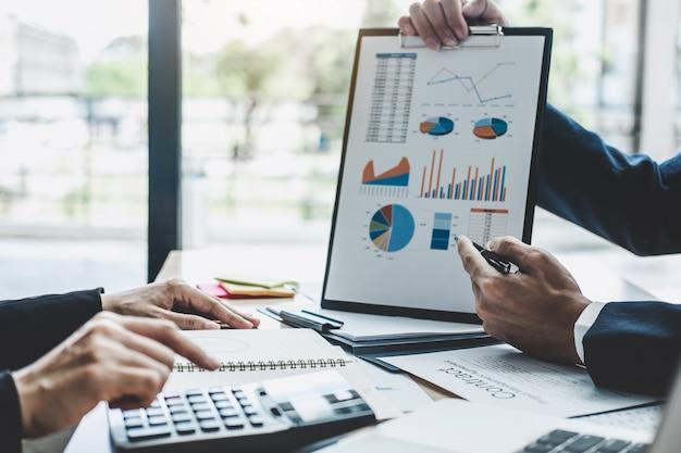 Réunion du directeur pour discuter de la croissance de la société réussite du projet statistiques financières Photo Premium