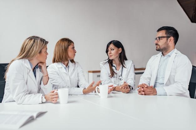 Réunion du personnel hospitalier dans la salle de conférence. Photo Premium