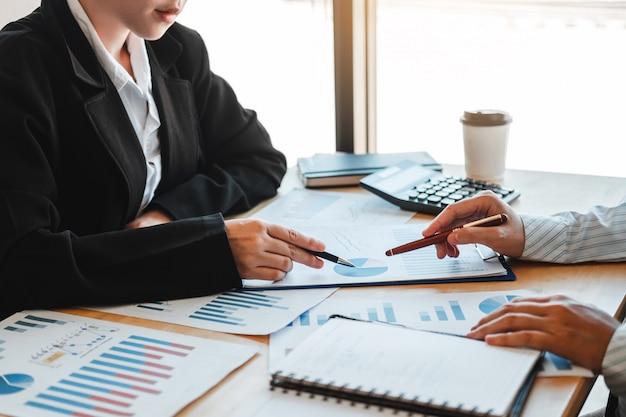 Réunion d'équipe de travail stratégie planification avec un nouveau plan de projet de démarrage finance et économie graphique avec ordinateur portable Photo Premium