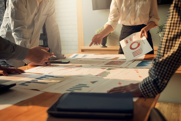 Réunion des gens d'affaires groupe discussion discussion concept d'investissement et d'investissement dans la salle de conférence. Photo Premium