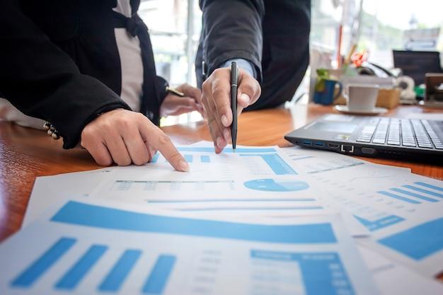 Réunion Des Gens D'affaires. Travailler Avec Un Nouveau Projet De Démarrage. Présentation De L'idée, Plan D'analyse Photo Premium
