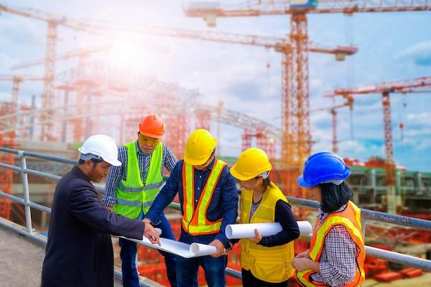 Réunion d'ingénieurs pour une construction de projet réussie Photo Premium