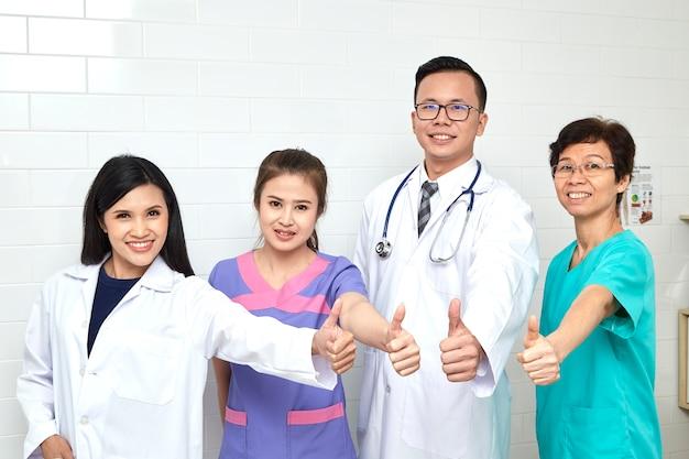 Réunion d'un médecin et d'une infirmière à hopital Photo Premium