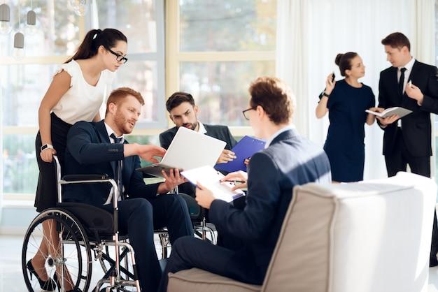 Réunion des personnes handicapées dans une salle lumineuse aux larges fenêtres. Photo Premium