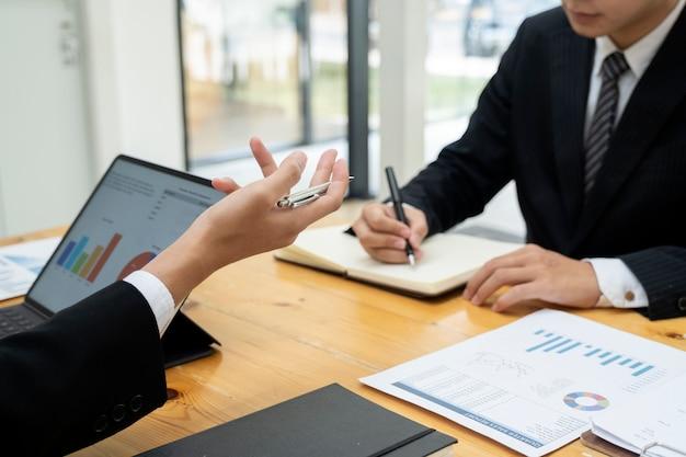 Réunion de travail en équipe d'hommes d'affaires pour discuter de l'investissement. Photo Premium