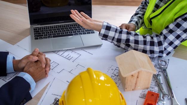 Réunions de travail entre les entrepreneurs du projet et les clients. investissement dans la construction et la réparation de bâtiments résidentiels Photo Premium