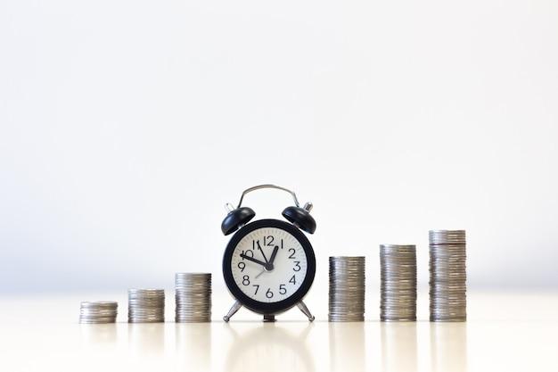 Réveil croissant de pièces d'argent pile étape croissance croissante économiser de l'argent. Photo Premium