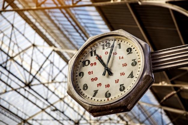 Réveil Dans La Gare, Grande Vieille Horloge Vintage Accrocher Avec Toit De La Gare Photo Premium