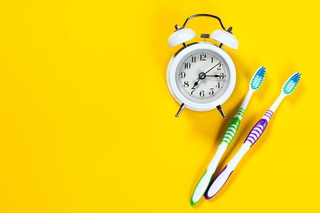Réveil Avec Deux Brosses à Dents Photo Premium