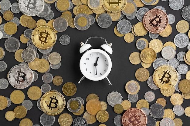 Réveil Entouré De Monnaie Photo gratuit