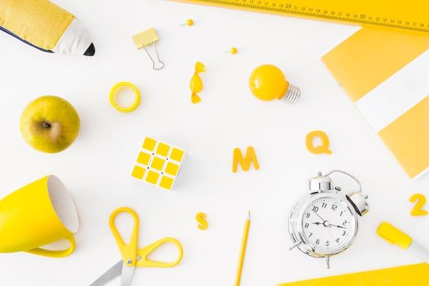 Réveil et fournitures scolaires jaunes Photo gratuit
