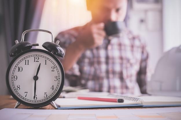 Réveil avec homme d'affaires, boire du café, concept de l'heure de pointe. Photo Premium