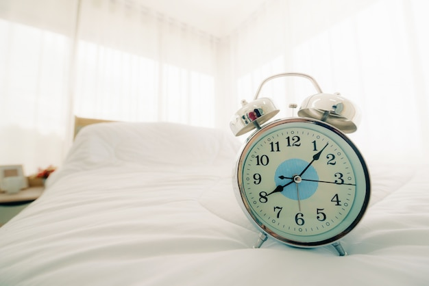 Réveil Sur Le Lit Dans La Chambre Le Matin Avec La Lumière Du Soleil. Photo Premium