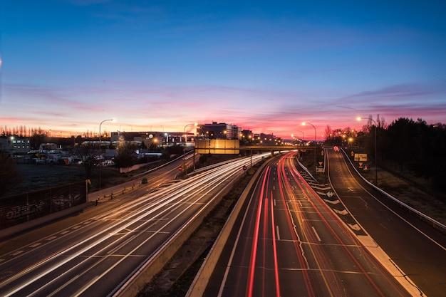 Réveil des lumières sur l'autoroute à l'aube Photo Premium