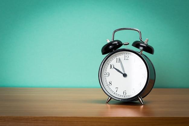 Réveil rétro sur une table. Photo Premium