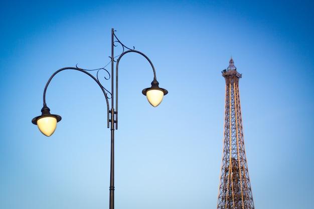 Réverbère sur le fond de la tour et le ciel bleu clair Photo Premium