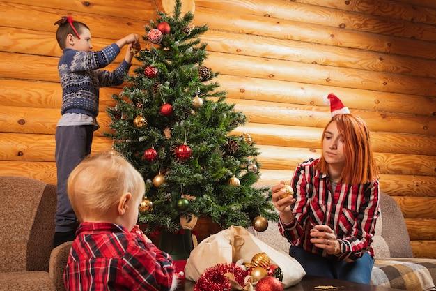 Les Rêves De Maman Et De Son Fils Décorent Le Sapin De Noël Photo Premium