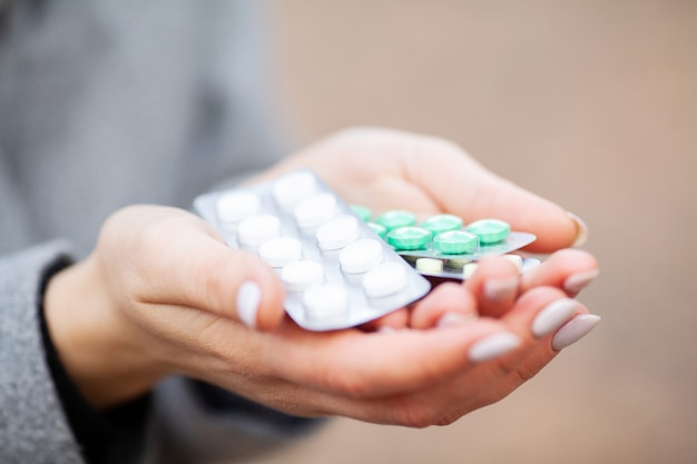 Rhume et grippe. femme, automne, parc, tenue, pilules Photo Premium