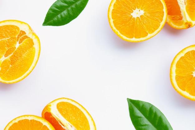 Riche En Vitamine C, Juteuse Et Sucrée. Cadre Fait De Fruits Orange Frais Sur Fond Blanc. Photo Premium