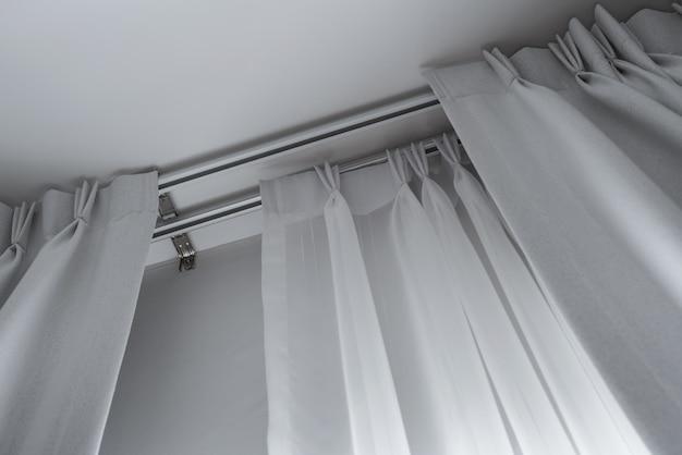 Rideau à Couches De Remorquage Avec Rails, Installé Au Plafond, Rideaux Translucides Et Bloquants Photo Premium