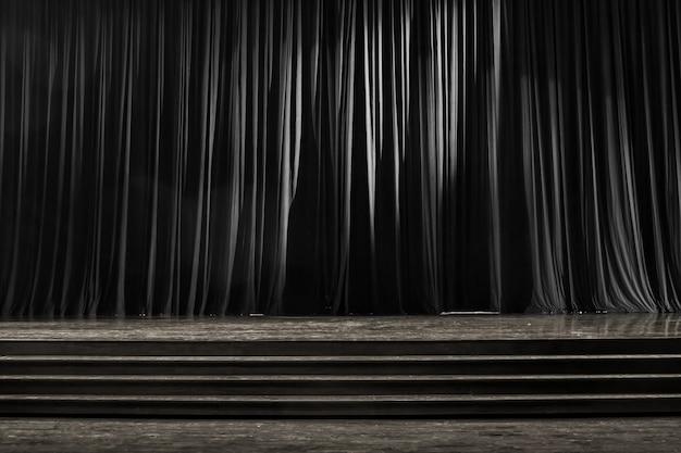 Rideaux noir et blanc et scène en bois. Photo Premium