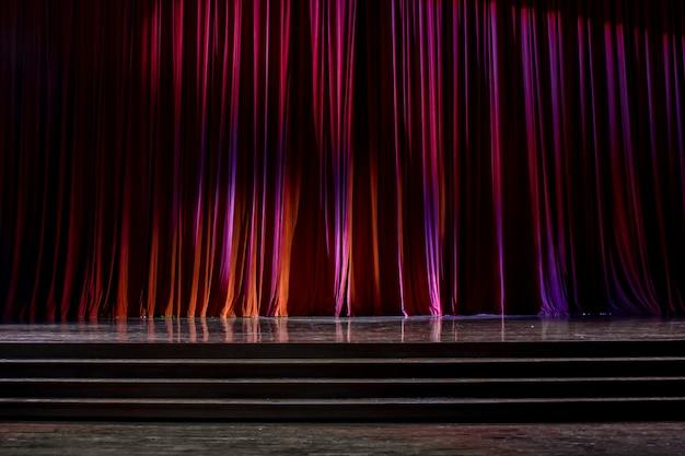 Rideaux rouges et scène en bois. Photo Premium