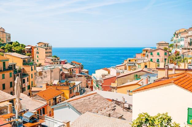 Riomaggiore dans les cinque terre, ligurie en italie Photo Premium