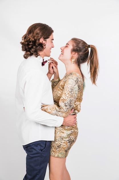 Rire couple dansant ensemble Photo gratuit